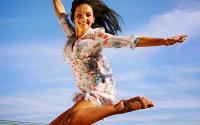 6 важных гормонов в жизни женщины</p> <p>Здоровье и настроение женщины во многом зависят от уровня гормонов в крови. Понимая их воздействие на организм, а также зная естественные механизмы регулирования, вы можете продлить собственную молодость и обрести душевную гармонию!</p> <p>Гормон эндорфин</p> <p>Испытать блаженные минуты ликования и радости, неудержимого веселья и восторга, и просто ощутить «полной грудью» безмятежное счастье нам помогает гормон эндорфин. Его роль в организме поистине бесценна, поскольку он способен даже притупить чувство боли.</p> <p>Способ регулирования<br /> Устройте сеанс ароматерапии. Вдыхание эфирного масла душистой мяты дает не только успокоение, но и ощущение радости. Дело в том, что во время вдоха, эфир мяты стимулирует нервные рецепторы носа, посылая мозгу сигнал о повышении секреции эндорфина. Таким образом, настроение поднимается вверх, а жизненный тонус набирает силу.</p> <p>Добавьте специй. Во время употребления острых блюд нервные окончания, которые находятся на кончике языка, раздражаются, повышая выработку «гормона радости». Поэтому следует хотя бы иногда (в особенности в зимний период) радовать себя блюдами «с перчинкой». Вы можете устроить романтический вечер с любимым, приготовив на ужин, утку в остром соусе. Попкорн с кайенским перцем будет уместным во время просмотра фильма в кино, а «горячий» суп-харчо подойдет даже для воскресного семейного обеда. Естественно, не стоит забывать о противопоказаниях по здоровью!</p> <p>Гормоны лептин, грелин</p> <p>Лептин – один из «виновников» набора лишнего веса, но только при условии, что его баланс в организме нарушен. Выработкой лептина (или гормона сытости, как его еще называют) занимаются жировые клетки. Этот гормон определяет, будут ли калории, полученные вами из еды, потрачены немедленно или отложатся на будущее в виде запасов жира. Кроме этого, в его компетенции своевременная подача сигнала о насыщении в мозг. А вот гормон грелин действует в противоположном направлении, он пода