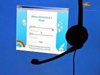 Skype запустил сервис Qik для обмена видеопосланиями</p> <p>Сервис Skype запустил новое мобильное приложение Skype Qik, которое позволяет обмениваться короткими видеосообщениями с одним или несколькими получателями. Об этом рассказал директор по мобильным продуктам Skype Пьеро Сиерра.</p> <p>Чтобы воспользоваться сервисом, пользователь должен установить Qik на мобильное устройство на платформах iOS, Android или Windows Phone, затем зайти в приложение и подтвердить номер своего мобильного телефона. После этого можно обмениваться видеосообщениями с абонентами, чьи номера занесены в список контактов на устройстве.</p> <p>Максимальная длительность видеопослания – 42 секунды. В ходе записи пользователь может переключаться между основной и фронтальной камерой. Приложение отличается простым интерфейсом, в один клик запускается запись, второе нажатие инициирует отправление. Сообщения будут храниться на устройстве получателя до двух недель, однако он сам или отправитель может удалить его раньше.</p> <p>Skype Qik будет функционировать отдельно от обычного Skype. Для использования Qik не нужно вводить данные аккаунта в Skype или других сервисах Microsoft. Однако и с контактами из Skype сервис объединяться не будет – связаться с ними пользователь сможет лишь в том случае, если контакты из Skype интегрированы с его устройством.</p> <p>«Skype Qik расширит семейство сервисов Skype. При его разработке мы учли три тренда – переключение пользователей на мобильный Skype, развитие новых форматов коммуникации и желание людей общаться не по расписанию, а спонтанно», - заявил Сиерра.</p> <p>По его словам, свыше половины новых пользователей Skype подключаются именно с мобильных устройств, однако звонки через сервис требуют предварительных договоренностей с учетом удобного участникам времени и качества подключения к Сети. По замыслу разработчиков, пользователи будут обмениваться сообщениями в Qik между Skype-звонками.</p> <p>В этом смысле Skype Qik позволит записать и отправить видеопослани
