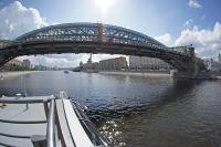 Мост Богдана Хмельницкого (Киевский пешеходный мост). Соединяет Бережковскую и Ростовскую набережные вблизи Киевского вокзала. Мост, построенный с использованием арочной конструкции старого железнодорожного Краснолужского моста (1907 года постройки, демонтирован в 2000 году), сдан в эксплуатацию 2 сентября 2001 года. В 2004 году переименован в мост Богдана Хмельницкого.