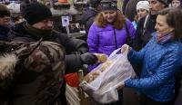 Чем обернулись для Украины печеньки Виктории Нуланд</p> <p>Жителей Украины ожидает очень скудный новогодний стол. Власти постарались сделать все, чтобы уходящий 2014 год молодежь страны проводила со слезами на глазах. В Книге жизни, которая пишется для Украины в Вашингтоне, нет нужды в молодом, здоровом и образованном поколении:</p> <p>отменяется статья Конституции о бесплатном образовании и медицине, а обучение в школе сокращается с 11 до 9 лет. Ликвидируется и положения об обязательном бюджетном финансировании охраны здоровья и образования в размере, не менее, 10% национального дохода. Вместо этого вводится платное питание в больницах и школах. Станет платным и обучение в детских и юношеских спортивных школах. Студентов лишат стипендий и права бесплатного проезда вместе с учащимися и педагогическими работниками, а учителей при этом ожидает увеличение нагрузки. Будет ликвидирована индексация стипендий, которые в соответствии с новыми требованиями Минфина будут получать лишь инвалиды и студенты из малообеспеченных семей, а работники сектора образования лишатся доплат за научные степени и звания.</p> <p>Если за праздничным столом окажутся чернобыльцы, то уходящий год станет для них последним, когда действовали льготы: они лишатся права на санаторно-курортное лечение, повышенных стипендий, компенсаций и льгот, отнесенных к 4 категории, ежемесячных выплат семьям с детьми, доплат за работу в зонах радиоактивного загрязнения и компенсаций за утраченное имущество.</p> <p>Высланные в Киев лидеры крымско-татарского населения и те, кто за ними последовали, за свою лояльность кивской хунте получат в подарок упразднение всех выплат депортированным лицам, включая и материальную помощь на завершение индивидуального строительства. Отменяется для них и увеличение трудового стажа для назначения трудовых пенсий, льготное обеспечение лекарствами и компенсация стоимости утраченных в результате депортации строений и другого имущества.</p> <p>Горькое разочарование ожидает собравшихся за