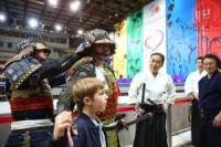 На Малой спортивной арене «Лужники» состоялись показательные выступления японского дома боевых искусств «Ниппон Будокан» в рамках Года российско-японских обменов в области боевых искусств</p> <p>8 ноября 2014 года на Малой спортивной арене «Лужники» состоялись показательные выступления японского дома боевых искусств «Ниппон Будокан» в рамках Года российско-японских обменов в области боевых искусств.</p> <p>Мероприятие посетили: Президент РФ Владимир Путин, Министр спорта РФ Виталий Мутко, заместитель Министра спорта РФ Павел Колобков, мэр Москвы Сергей Собянин, руководитель Департамента физической культуры и спорта города Москвы Алексей Воробьев, советник Министра спортаФедор Емельяненко, депутат Государственной думы, член комитета Госдумы по международным делам Александр Карелин, генеральный директор ГБОУ «Центр спорта и образования «Самбо-70», депутат Московской городской Думы Ренат Лайшев, олимпийский чемпион по вольной борьбе Давид Мусульбес, серебряный призер Олимпийских игр по дзюдо Александр Михайлин, четырехкратный олимпийский чемпион по спортивной гимнастике Алексей Немов и другие почетные гости.</p> <p>«Дорогие друзья, приветствую вас на Международной встрече по боевым искусствам Россия-Япония. Желаю всем спортивной фортуны и незабываемых впечатлений от увиденного!«, — обратился к собравшимся Алексей Воробьев.</p> <p>В рамках мероприятия состоялись показательные выступления по 12 современным и старинным видам японских боевых искусств: дзюдо, кэндо, кюдо, сумо, каратэдо, айкидо, сёриндзи-кэмпо, нагината, дзюкэндо, дайторю айки дзю-дзюцу, сёдзицукэн Рикатаитирю Качу Баттодзюцу, аракирю-кэмпо. Также после демонстраций японскими спортсменами были проведены мастер-классы по боевым искусствам.</p> <p>Напомним, что это ответный визит японской делегации во главе с исполнительным директором общественного фонда «Ниппон Будокан», председателем Ассоциации депутатов Японии за дружбу с Россией Масахико Комура на визит российской делегации в Токио в составе 52 человек, к