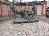 Памятник казанским водоносам перед зданием Водоканала Казани