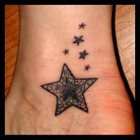 татуировка ноты на шее