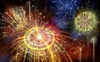 Чтобы праздник не стал трагедией</p> <p>В наше время фейерверки и пиротехника — такой же неотъемлемый атрибут праздника, как и, например елка или подарки на Новый год. Для того, чтобы не омрачить праздник неприятным инцидентом, важно соблюдать простейшие меры предосторожности в обращении с фейерверками, салютами, петардами разной мощности. Приведем несколько из них, имеющих наибольшее значение.</p> <p>Купить пиротехнику для Нового года важно исключительно у тех поставщиков, которые имеют все необходимые разрешительные документы на такую деятельность и сертификаты качества на соответствующую продукцию. В любой момент магазин должен быть готов предоставить заключения СЭС и органов пожарного надзора, а все товары иметь описания на русском языке и срок годности.</p> <p>· </p> <p>Не все новогодние фейерверки одинаковы в обращении. До того, как начать использовать их по прямому назначению, всегда важно в спокойной обстановке и на трезвую голову ознакомиться с инструкцией.</p> <p>Любая новогодняя пиротехника не должна попадать в руки детей, даже если речь идет о безобидных хлопушках и бенгальских огнях, не говоря уже о более мощных салютах. Любой предмет такого рода может справоцировать пожар или привести к травмам.</p> <p>В некоторых случаях новогодние салюты могут быть причиной ранения зрителей — случайных и невольных. Особенно это актуально, если речь о залповых системах, которые способны упасть набок уже после первой- второй ракеты, если были установлены недостаточно надежно. Запуская такие фейерверки, в первую очередь стоит обеспечить безопасность зрителей, отвести их на безопасное расстояние и, в идеале, укрыть за надежной преградой.</p> <p>Для того, чтобы батарея не опрокинулась, стоит обложить ,ее кирпичами, камнями и даже просто снегом. Устойчивость коробки с салютом — залог безопасности зрителей.</p> <p>До момента использования нужно обеспечить правильное хранение фейерверков. Лучшие условия—сухое и прохладное место, не находящееся в непосредственной близости от 