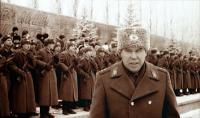 Мы должны были арестовать президента...</p> <p>20 июля 1998 года Бориса Ельцина должны были арестовать — власть в стране перешла бы к военным. За две недели до этого организатора заговора генерала Льва Рохлина нашли убитым на собственной даче. Через 13 лет после несостоявшегося переворота «РР» поговорил с участниками и свидетелями заговора и воссоздал картину предполагавшейся смены власти</p> <p>—Я особо и не конспирировался, если честно. Думал, все «за». А кто мог быть против-то? В Кремлевский полк, блин, прямо через Спасскую башню с двумя чемоданами, полными затворов, перся, еле-еле закрывались — во-от такие чемоданы! — Отставной полковник Николай Баталов вскакивает со стула, разводит в стороны свои ручищи, и понимаешь: чемоданы действительно были огромные, и затворов в них действительно было много. А Кремлевскому полку они понадобились потому, что карабины у них без затворов, не боевые.</p> <p>Сейчас Баталов работает директором «по общим вопросам» одного из химических заводов Волгоградской области. А в то время был сначала заместителем командира 8-го армейского корпуса, а потом возглавлял региональное отделение Движения в поддержку армии. И был допущен почти ко всем подробностям плана захвата власти. Говорить об этом он может совершенно свободно, потому что никакого уголовного дела по тем событиям не заведено, официально заговора как бы и не было. И что именно он проносил в своих чемоданах через Спасскую башню, уже никакому следователю не интересно.</p> <p>— И вот, у меня эти чемоданы затворов, а у другого товарища куча патронов, — продолжает Баталов. — Прошли, оставили. Готовились… А оказались мы лохами кончеными! Конспираторы мы были никакие. На этом и погорели.</p> <p>— К тому моменту за Рохлиным и его ближайшим окружением были установлены тотальная слежка и прослушивание — это вне всякого сомнения. То есть все знали, что он готовит… —  бывший командующий ВДВ генерал Владислав Ачалов, интервью с которым мы записали буквально за несколько недель до его неожидан