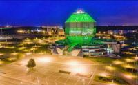 Национальная библиотека Беларуси (полное название — Государственное учреждение «Национальная библиотека Беларуси») — главная универсальная научная библиотека Белоруссии. Директором является профессор, доктор педагогических наук Р. С. Мотульский.</p> <p>Здание представляет собой ромбокубоктаэдр высотой 73,6 м (23 этажа) и весом 115 000 тонн (не считая книг). Площадь застройки составляет 19,5 тыс. м², общая площадь здания — 113,7 тыс. м², в том числе книгохранилища — 54,9 тыс. м², строительный объём здания — 420,6 тыс. м³, в том числе фондохранилища — 200,6 тыс. м³.<br /> Необычной является подсветка здания, представляющая собой гигантский (площадью 1985 м²) многоцветный экран (медиафасад) на основе светодиодных кластеров, который включается ежедневно с заходом солнца и работает до полуночи. Рисунок и узоры на нём постоянно меняются.</p> <p>Проект нового здания был разработан в конце 80-х годов и в 1989 году стал победителем на всесоюзном конкурсе. Однако воплотить его в жизнь удалось лишь спустя более чем 15 лет.<br /> Строительство было начато 2 ноября 2002 года недалеко от жилого микрорайона Восток-1 и станции метро «Восток». Приёмка первого пускового комплекса, включающего котельную с инженерными сетями, очистные сооружения, систему энергоснабжения, внешние инженерные сети была проведена в октябре 2005 года. Были также проведены работы по благоустройству прилегающей территории.<br /> Второй пусковой комплекс, приёмка которого была завершена в конце декабря 2005 года, предполагает ввод в действие книгохранилища, читальных залов и служебных помещений, всех инженерных и информационных систем, а также социокультурного центра. В него входят многофункциональный конференц-зал, центр деловых встреч и переговоров, музыкально-художественный салон, музейный комплекс, художественная галерея.<br /> Пуск третьей очереди предусматривал начало эксплуатации комплекса информационно-технологических систем, обеспечивающих работу персонала и обслуживание пользователей, центра междунар