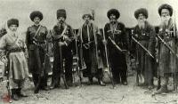 Пластуны. Казачий спецназ</p> <p>Их боялись черкесы, татары и турки, они наводили страх на европейские армии, а военачальники восхищались их изобретательностью и отвагой. Речь о пластунах – особом роде казачьих войск, не одно столетие верой и правдой защищавших русские рубежи.</p> <p>Происхождение</p> <p>Пластуны – выходцы из Запорожской Сечи: там, в низовьях Днепра, они оттачивали свое мастерство и закаляли характер. Название «пластун» выводят из украинского слова «пластувати» – ползти, но некоторые полагают, что это имя пошло от казака по прозвищу Пластун.</p> <p>Со временем пластуны сформировались в особые воинские подразделения, выполняющие широкий спектр сложных и опасных задач – от разведки до диверсий в тылу врага. На рубеже XVIII и XIX пластунские отряды уже входят в состав Черноморского казачьего войска, а вслед за этим становятся неотъемлемой частью Кубанского казачества, где несут важную службу по охране южной границы Российской державы. Именно на Северном Кавказе сформировался легендарный тип пластуна, который заставил считать себя не иначе как предтечей современного спецназа.</p> <p>Характер</p> <p>Даже в те времена, когда пластуны не считались казачьей элитой, попасть в их ряды мог далеко не каждый. Чаще всего специальность пластуна передавалась по наследству или же ими становились казаки с малых лет прислуживающие опытным бойцам. Но и этого было недостаточно. Будущий пластун должен был обладать не только физической силой и крепким здоровьем, но и определенными чертами характера – выдержанностью и хладнокровием, а также быть неприхотливым в быту, выносливым в походе и терпеливым в бою. Не каждый сможет часами напролет сидеть в студеной воде или под палящим солнцем. Горячий нрав и яркая внешность могли сгубить пластуна – неслучайно это был преимущественно спокойный и малоприметный народ.</p> <p>Навыки</p> <p>Пластунам приходилось выполнять гораздо более широкий круг обязанностей, чем другим воинским подразделениям. Они были следопытами и разведчиками, д