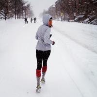 #NeverStop #NEVERSAYNEVER   #running #instarunners   #runnerspace   #stylerunner #strava   #stravarun<br /> Зима. В связи с этим дам несколько рекомендаций для тех смельчаков, кто решил не завязывать с бегом в холода... надеюсь, что таких много)</p> <p>Базовые принципы тренировок в холодную погоду</p> <p>Обычно слова «зимовка» и «зимовать» связаны с людьми определенных профессий: сибирскими охотниками, учеными Заполярья или нефтяниками. Удивительно, но бегуны тоже зимуют. Процесс этот протекает мучительно: низкие температуры, обильные снегопады и тёмное время суток не способствуют качественной тренировке.</p> <p>Попробую дать несколько советов для того, чтобы зимовка в наших широтах прошла легче.</p> <p>СОГРЕВАЙТЕСЬ</p> <p>Основная угроза здоровью не во время, а после тренировки. Поэтому самое важное здесь — вовремя и правильно согреться. Например, переодеться сухую одежду, дома принять горячий душ.<br /> Также можно выпить горячего чаю с мёдом, лимоном и имбирём. Для этого берите с собой на тренировки термос или попросите друга принести его :). В общем, не простаивайте подолгу без движения, не дайте себе остыть.</p> <p>УТЕПЛЯЙТЕСЬ</p> <p>Не нужно надевать на себя огромные куртки и двое штанов. У страха холода глаза велики: из дома вам кажется, что на улице свирепствует метель, но после первых 5-10 минут пробежки вы согреетесь и окажется, что одежды вам требуется куда меньше, чем казалось. Конечно, процесс выбора бегового гардероба — задача довольно творческая, ведь у каждого человека своё восприятие температуры. Но со временем, методом проб и ошибок, вы определите свой идеальный набор вещей.</p> <p>Для холодной погоды существуют специальные «модификации» одежды. Например, многие производители выпускают утеплённые носки для зимнего бега — приобретите такие, они имеют высокую голень и довольно плотные. Их также можно заменить гетрами.<br /> При низких температурах лучше надевать на тренировку варежки, т.к. в перчатках будут мёрзнуть пальцы. В варежках же можно размин