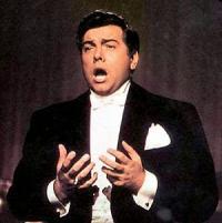 MARIO LANZA — E LUCEVAN LE STELLE</p> <p>http://duhirazum.ru/music/mario-lanza-lucevan-le-stelle/</p> <p>Пуччини. Тоска. Знаменитая ария Каварадосси в исполнении неподражаемого Марио Ланца. Альфред Арнольд Кокоцца, принявший впоследствии имя Марио Ланца в качестве артистического псевдонима, родился 31 января 1921 г. в Филадельфии (США) в семье итальянских эмигрантов.<br /> Петь научился, подпевая записям Энрико Карузо. Первые настоящие уроки пения получил от баритона Антонио Скардуццо. Его следующим учителем стала Ирен Уильямс, которая так же организовывала его выступления на различных общественных мероприятиях. Следующим событием в карьере певца было прослушивание у Сергея Кусевицкого, организованное Уилльямом К. Хаффом, концерт-менеджером Филадельфийской музыкальной академии. Кусевицкий пригласил юношу учиться в Танглвуде — школе для подающих надежды певцов и музыкантов. В качестве выпускного экзамена Ланца спел партию Фентона в школьной постановке оперы Николаи «Виндзорские проказницы», и с тех пор оперные критики не выпускали его творчество из виду. В1952 году вместе с Дореттой Морроу он снялся в музыкальном фильме «Потому что ты моя».<br /> Голос Ланца — мощный, жёсткий, искрящийся, с сильнейшим металлическим призвуком, пронзительный лирико-драматический тенор. Манера пения — экспрессивная, эмоциональная, с форсированным звукоизвлечением и жёсткой атакой звука. Светлый, высокий тембр с блестящими мощными верхними нотами позволял певцу исполнять лирические партии, а исключительная мощь и выразительность голоса — драматические. Марио Ланца — ярчайший образец истинно итальянского стиля пения.<br /> 28 мая 1957 года певец приплыл со своей семьёй в Италию (г. Неаполь) для съёмок в фильме «До свидания, Рим».<br /> 17 апреля 1959 года Марио внезапно перенёс сердечный приступ. 27 августа у певца случился второй сердечный приступ и он попал в римскую клинику «Валле Джулиа» (Valle Giulia) с инфарктом и двусторонним воспалением лёгких. 30 сентября съёмки фильма «Смейся, п