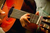 """Как выбрать акустическую гитару</p> <p>Перед покупкой гитары необходимо определиться, на каких струнах Вы хотите играть металлических или нейлоновых. У нейлоновых струн более мягкий звук, преобладающий богатым тембром, в то время как у металлических струн более резкое и звонкое звучание.</p> <p>Для тех, кто только собрался учиться играть на гитаре, больше подойдут нейлоновые струны, так как зажимаются такие струны намного легче (за счет более слабого натяжения) и привыкание подушечек пальцев к струнам пройдет безболезненно. Если у Вас уже имеется опыт игры на гитаре или Вы готовы стерпеть болезненные ощущения пока не привыкли пальцы, то можно выбрать гитару и с металлическими струнами. Через некоторое время регулярных занятий на пальцах появятся мозоли, и зажимать струны будет не больно.</p> <p>Следует заметить, что на гитару, которая рассчитана на нейлоновые струны нельзя устанавливать металлические, так как у металлических струн более сильное натяжение и они просто безвозвратно испортят гитару. А если установить нейлоновые струны на гитару, которая рассчитана на металлические, то скорее всего, они просто не смогут """"раскачать"""" гитару. Звук будет глухой и безжизненный.</p> <p>Ни в коем случае не поддавайтесь стереотипу, что для начала нужно, что похуже. Учиться играть нужно на нормальной гитаре, а не на """"дровах"""" - будет и проще и приятнее, да и получаться будет лучше.</p> <p>Хотя внешний вид гитары тоже немаловажный фактор, но не стоит заказывать гитару в интернет-магазине. В гитаре главное - ее звучание и насколько удобно его извлекать. Обязательно посетите музыкальный магазин и попробуйте поиграть на разных моделях в той ценовой категории, которая Вас устраивает, и Вы заметите, как сильно может отличаться звук разных инструментов. Не стесняйтесь, даже если Вы совсем не умеете играть, просто зажимайте каждую струну на каждом ладу. Звук должен быть чистым, струны не должны дребезжать. Обратите внимание, что гитара должна быть удобной именно для Вас, а звук должен нр"""