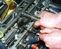 Регулировка клапанов на ВАЗ 2107</p> <p>Если вы в себе уверены, то в данном фото отчёте подробно показано как, своими руками произвести регулировку клапанов на автомобиле ВАЗ 2107.Первым делом для выполнения поставленной задачи необходимо снять с ГБЦ клапанную крышку.Список необходимых инструментов выглядит так:</p> <p>http://atlib.ru/report/454-regulirovka-klapanov-na-vaz-2107#image-a7427