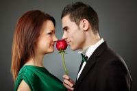 Как выбрать подарок на 8 марта?</p> <p>В праздник 8 Марта всё в цветах и благоухании, все представительницы слабого пола чувствуют себя самыми красивыми и женственными. Ведь этот день символизирует еще и начало теплой, ласковой весны. Сложно найти женщину, которая не мечтает получить удивительный, потрясающий, оставляющий хорошее впечатление подарок!</p> <p>И действительно, правильно выбранный к 8 Марта подарок при определенных обстоятельствах способен произвести очень глубокое впечатление на женщину. Поэтому вопрос выбора презента к женскому дню отнюдь не самый легкий. Он сугубо индивидуален и вместе с тем должен выражать ваше личное отношение к женщине. Ведь главное – не сам подарок, главное – внимание и искренность.</p> <p>Любящей жене может прекрасно подойти летнее платье, новая модная сумочка, сотруднице – хорошая книжка по учебе или по работе. Подруге или знакомой – конфеты, набор косметики, изысканные наручные часы. Хотя конечно, существуют рецепты на все случаи жизни – например, цветы. Качественно оформленный, пусть даже недорогой букет доставит удовольствие любой без исключения женщине!</p> <p>Какие же подарки можно сделать в Международный женский день и как лучше их преподнести? Это поможет вам не попасть впросак и не краснеть потом перед противоположным полом ввиду некомпетентности в указанном вопросе. Если есть возможность, обязательно поинтересуйтесь у женщины о том, что ей может понравиться. Делать это лучше в ненавязчивой форме, как бы между делом, что поможет сохранить тайну предстоящего подарка и избежать недоразумений в будущем. Спросите, какие цветы она предпочитает, что она любит в музыке, какие фильмы смотрит, какая одежда, стиль входят в список ее вкусов.</p> <p>Многие представительницы прекрасного пола еще перед наступлением праздника тем или иным способом намекают, что им нужно подарить. Тогда ваша задача намного упрощается! Когда женщина (знакомая, подруга, жена), наконец, расскажет вам о своих пристрастиях, приступайте к следующему этапу. Л