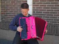 Różowy akordeon i cover YMCA