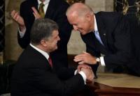 США толкают киевский режим на новые преступления</p> <p>Обострение военно-политической ситуации на  Украине в последнюю неделю привело к гибели мирного населения в масштабах, несопоставимых с потерями за все время так называемого перемирия после подписания минских соглашений. Закономерно, что данная эскалация напряженности, как и многие предыдущие, происходила во время активизации военных, финансовых, дипломатических кругов США непосредственно на территории Украины.</p> <p>Их стратегическая цель остается прежней, однако ее достижение усложняется неспособностью украинского руководства выполнять планы Запада после госпереворота. Раньше США предпринимали лишь точечные решения по урегулированию ситуации. Теперь началась полномасштабная замена высшего эшелона управления (на уровне Кабмина) на людей, чьим оценкам ситуации Вашингтон готов поверить. Судя по всему, от анализа объективной экономической ситуации Госдеп приходит в ужас, понимая масштабы необходимой помощи нынешнему киевскому режиму. Не просто обстоит дело с предотвращением социального взрыва, что зависит от тех же объемов финансовой помощи.</p> <p>Сложнее ситуация с военным аспектом. Тут США привлекает не только свой ресурс, но и НАТО. И основное направление этого сотрудничества – переформатирование украинской армии и всего силового сектора.</p> <p>Для этого в Киев и был направлен командующий Сухопутными силами США в Европе Б.Ходжес. Он сделал несколько серьезных заявлений, которые говорят о том, что на Украине США переходят к стратегии долгосрочной милитаризации и продолжения военного конфликта.</p> <p>Одной из целей его визита было обсуждение перспектив реформирования Национальной гвардии. Судя по всему, США, которые сами недавно активно пользовались силами своей Нацгвардии в Фергюсоне, собираются сделать ставку на этот резерв и на Украине.</p> <p>Помимо этого, Б.Ходжес пообещал украинской армии помощь по линии «защиты от российской артиллерии, а также систем радиосвязи, которые подавляют другую радиосвязь». 
