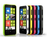 """Обзор смартфона Nokia Lumia 620<br /> ОЖИДАЕТСЯ В КОНЦЕ МАРТА<br /> Доступный для смартфона ценник, привлекательная внешность, удобство, хорошая производительность - чего еще хотеть от среднебюджетного аппарата? Является ли Nokia Lumia 620 самым удачным на сегодня устройством с Windows Phone 8 или этому препятствуют какие-то недостатки, разбирались Вести.Хайтек.</p> <p>Внешность, эргономика<br /> Несмотря на проблемы с программной платформой, в Nokia всегда знали, как сделать внешне привлекательное, производящее впечатление своим дизайном устройство. Но действительно великолепная внешность N9/Lumia 800 во флагманском и """"почти флагманском"""" винфонах осени-2012 (Lumia 920 и Lumia 800) сменилась чем-то (на мой взгляд) тяжеловесным, массивным и неизящным.</p> <p>Тем выигрышнее на фоне старших моделей выглядит Lumia 620, самый доступный и слабый по характеристикам смартфон на операционке Windows Phone 8. Казалось бы, внешность совсем простая, """"как у всех"""" - черный прямоугольник передней панели со скругленными углами, округлая задняя крышка, """"раковиной"""" обнимающая весь аппарат сзади. Но смотрится и осязается устройство отлично, в нем есть стиль, есть какой-то дух времени.</p> <p>У меня на тесте была модель с задней крышкой из матового ярко-голубого поликарбонатного пластика. Сначала было не совсем понятно, как ее снимать, потом я догадался нажать на черную область вокруг объектива камеры, одновременно потянув верхний край крышки на себя. Некоторым, возможно, придется проделывать это довольно часто - ведь крышки можно приобретать отдельно и менять под настроение. Помимо голубой есть еще черная, белая, желтая и ярко-зеленая модели. Пластик крышки двухслойный, внешний слой немного прозрачнее внутреннего, что дает интересный визуальный эффект. Крепится к аппарату она жестко, создавая не менее """"монолитное"""" впечатление, чем телефоны с цельным, выточеным из поликарбоната unibody-корпусом.</p> <p>С цветной крышкой отлично контрастируют черные глянцевые кнопки. Все они собраны на п"""