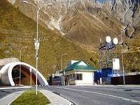 Секреты Рокского тоннеля</p> <p>Рокский тоннель – главное объединяющее звено двух Осетий К завершению близится реконструкция Рокского тоннеля, который является связующим звеном между Южной и Северной Осетией. В связи с этим Gradus.pro выяснил историю Транскавказской автомагистрали у одного из ее создателей.О том, что стало предпосылкой к строительству Транскавказской автомагистрали, нам рассказал Леван Исмаилович Кортиев.  Ныне заведующий кафедрой «Организация и безопасность дорожного движения». Профессор Кортиев в годы строительства Транскама возглавлял южный участок дороги, поэтому он как никто другой знает историю этой дороги.В 2010 году Леван Исмаилович издал книгу «Транскам». В ней рассмотрены все аспекты истории и строительства магистрали. Он рассказал о том, как и когда зарождались идеи строительства дороги, которая объединит Осетию.История перевальной дороги через Рокский перевал в архивно-литературных источниках появилась в 1839г., когда горцы из Южной Осетии требовали от наместника Кавказа проложения дороги через Главный Кавказский хребет в Северную Осетию. Вскоре, с приходом нового наместника Кавказа М.С. Воронцова, было начато строительство арбной дороги по этому направлению. Вся дореволюционная история проблемы перевальной дороги характеризуется тем, что то или иное предложение или проект доходил до высших государственных инстанций и завершался своим безрезультатным решением.В период свершения Октябрьской революции и гражданской войны, обсуждение возможности строительства Кавказской перевальной дороги в высших государственных инстанциях прекратилось, но на местах дискуссии продолжились. В Июне 1917 года в Джаве созывается первый съезд делегатов Южной Осетии, на котором оживленно обсуждался дорожный вопрос. На съезде была создана дорожная комиссия, которую возглавил Рутен Гаглоев.Национальный Совет Южной Осетии еще 24 мая 1918 года потребовал от меньшевистского правительства Грузии положительного разрешения вопроса о строительстве колесной дороги через Р
