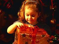 Новый год для малышей</p> <p>Дети под песню «Сани» музыку Филиппенко въезжают парами в зал.</p> <p>Дед Мороз встречает их в зале.</p> <p>Дед Мороз: Здравствуйте, мои дорогие,<br /> И маленькие и большие<br /> С Новым годом поздравляю,<br /> Счастья, радости желаю<br /> Посмотрите: елка – диво!<br /> А кругом все так красиво!</p> <p>Дети и Дед Мороз рассматривают елку. Дед Мороз говорит, что пора зажигать огни на елке, а Снегурочки нет. Надо ее позвать. Все идут к домику Снегурочки, рассматривают его. Дед Мороз касается палкой сосульки – она звенит (незаметно для детей Снегурочка ударяет по металлофону). Он продолжает трогать палкой то одну, то другую сосульку, проводит палкой по всем сосулькам. Наконец Дед Мороз и дети зовут Снегурочку. Выходит Снегурочка. Все здороваются, рассматривают ее наряд, идут к елке и зажигают огни. Несколько раз проводится игра «Раз, два, три, елочка гори!»</p> <p>Дед Мороз: У такой красивой елки поплясать хочется.</p> <p>Исполняется «Новогодний хоровод» (муз. Филиппенко).<br /> Дед Мороз хвалит их, спрашивает, как они еще умеют плясать.<br /> Проводится парная пляска под «Польку»</p> <p>Дед Мороз: Пляшите вы хорошо, а вот загадки умеете отгадывать?</p> <p>Косолапые ноги,<br /> Зиму спит в берлоге.<br /> Догадайся, ответь,<br /> Кто это? (медведь)</p> <p>На ветке – не птичка,<br /> А зверь-невеличка,<br /> Шубка теплая, как грелка.<br /> Кто это? (белка)</p> <p>Комочек пуха,<br /> Длинное ухо,<br /> Прыгает ловко<br /> Любит морковку.<br /> Ну-ка, отгадай-ка,<br /> Кто это? (зайка)</p> <p>Хитрая плутовка,<br /> Рыжая головка,<br /> Хвост пушистый – краса!<br /> Кто это? (лиса)</p> <p>Дед Мороз хвалит детей и просит почитать стихи, а затем предлагает поиграть в прятки – начинают мишки. Мишки (трое-четверо мальчиков) прячутся за маленькие искусственные елочки. Дед Мороз, Снегурочка и дети ищут их. Подходят к елочкам.</p> <p>Д.М. Медвежата спрятались за елочки! А большого, настоящего медведя там нет?</p> <p>Дети и воспитатель. Нет! Большой и 