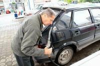 """КАК ОПРЕДЕЛИТЬ КАЧЕСТВО БЕНЗИНА?<br /> ------------------------------------------------<br /> #топлива   #бензин   #автозаправки<br /> Всех без исключения автовладельцев беспокоит проблема качества бензина. Ведь многие моторы, особенно современные, крайне чувствительны к качеству топлива, а доверять отечественным заправкам, увы, страшно. Последствия заправки плохим топливом известны большинству автолюбителей - это потеря мощности, нестабильная работа двигателя (особенно на холостых оборотах), а в худшем случае - полный отказ топливной системы, что делает невозможным дальнейшее движение без посещения автосервиса. Понять, насколько то или иное топливо отвечает требуемым стандартам, довольно сложно. Рассмотрим, для начала, по порядку все характеристики хорошего бензина.</p> <p>Сначала определимся с цветом. Помните, что на самом деле, топливо бесцветно. Единственная марка - А-76 менее прозрачна за счёт большего, чем у АИ-95 и АИ-98, содержания примесей.</p> <p>Многих интересует, можно ли самостоятельно распознать качество бензина? Все мы понимаем, что в ситуации, когда появляется детонация двигателя, отсутствует тяга, топливо было приобретено некачественное. В современных автомобилях (не только премиум-класса, касается, например, популярного Hyundai Tucson), кроме того, на некачественное топливо мгновенно реагирует компьютер, управляющий впрыском. Водитель сразу видит на приборной доске сигнал """"Check engine"""" Чтобы избежать таких последствий, попробуйте нижеприведёнными способами определить, насколько бензин соответствует стандартам качества.</p> <p>1. Намочите лист бумаги небольшим количеством бензина. Для того, чтобы жидкость испарилась, немного подуйте. Оцените результат. В случае, если лист остался белоснежным – такому топливу можно доверять. Если же появился жирный след или нежелательный оттенок - бензин лучше не покупать. В нём содержаться различные примеси.</p> <p>2. Количество содержащихся в топливе смол определяется следующим образом. Зажгите каплю бензина, разм"""